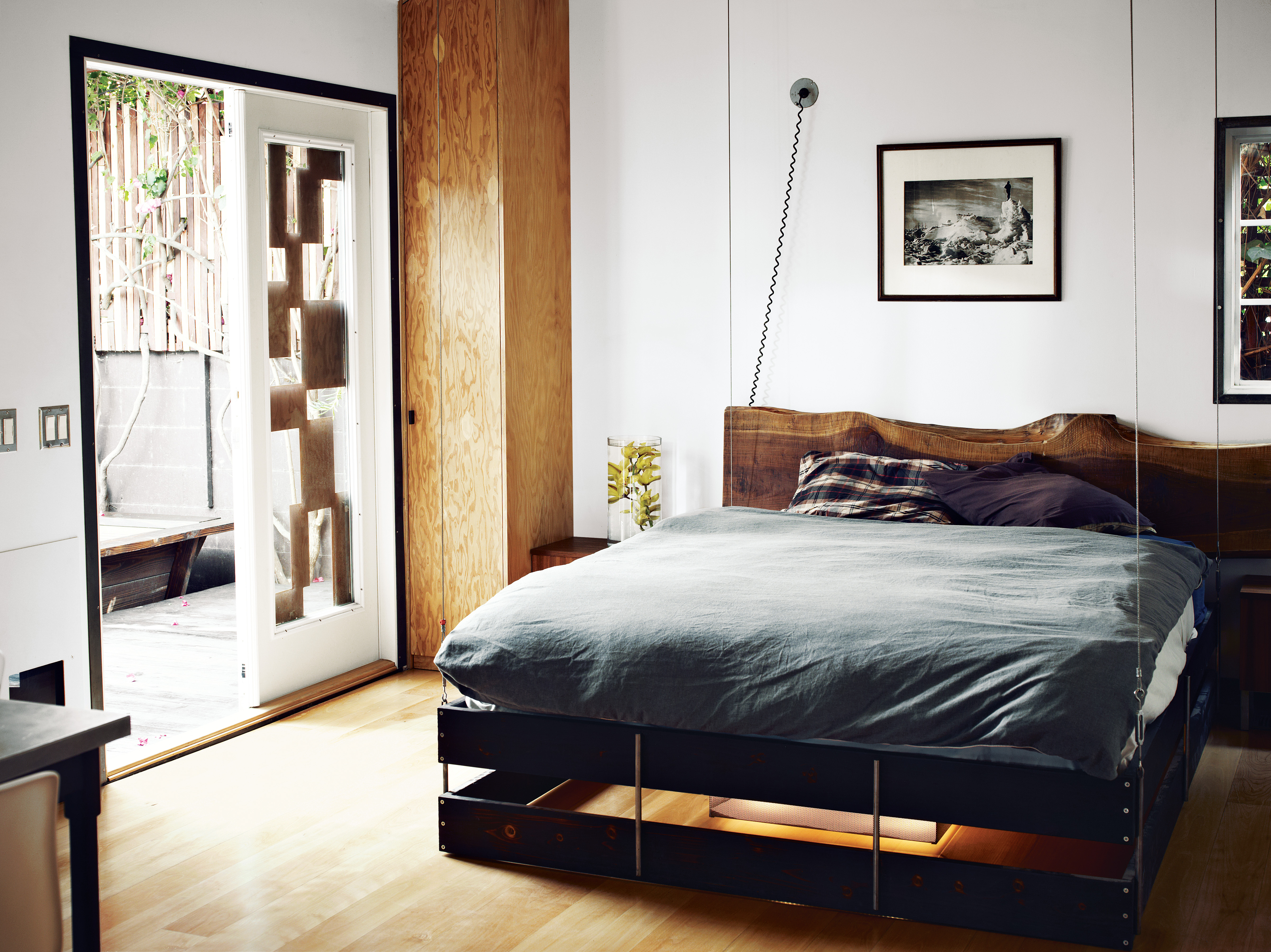 How mad men 39 s vincent kartheiser lives coco lapine - Mens small bedroom ideas ...