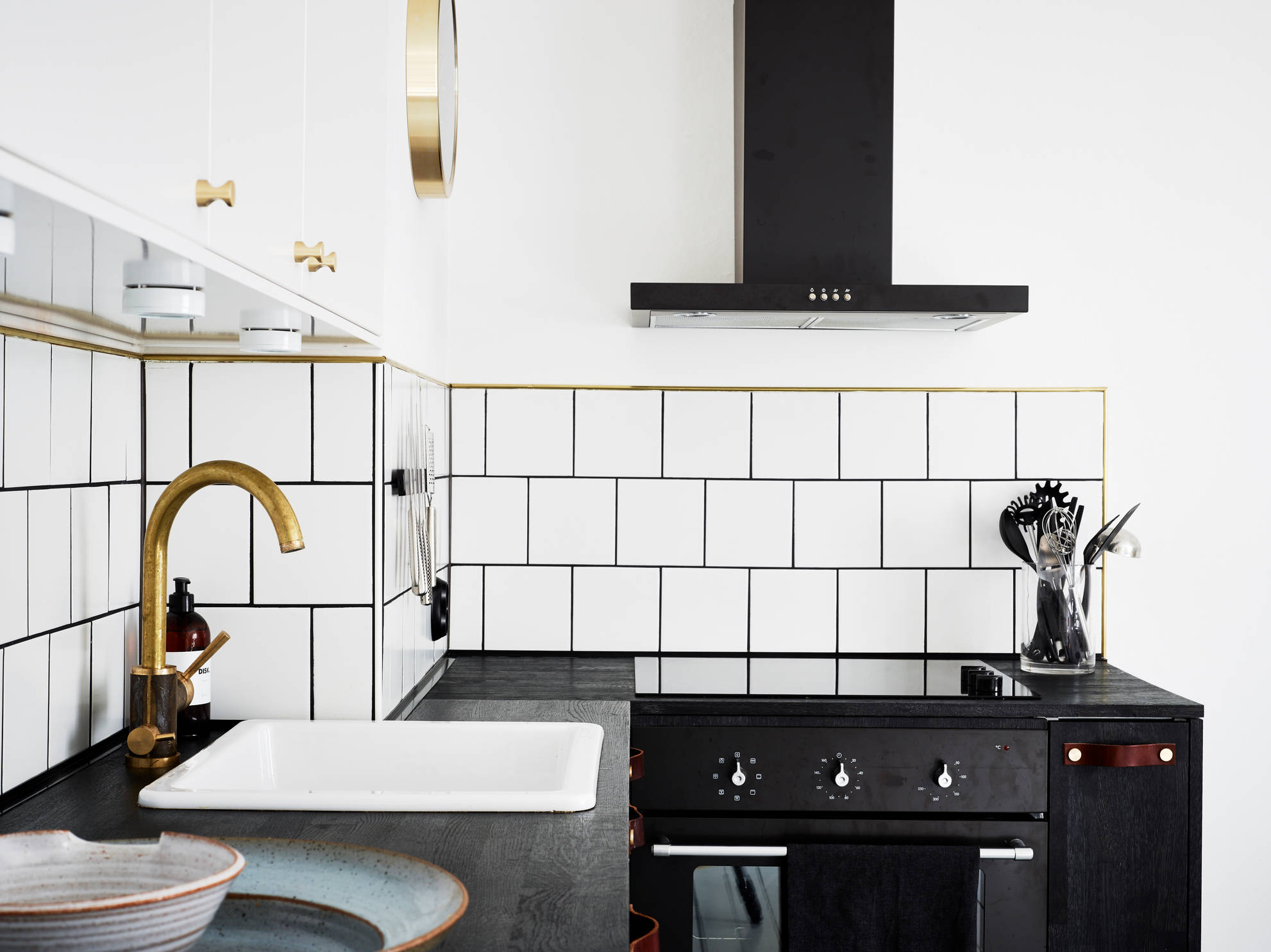 white tiles grey floors and brass accents coco lapine designcoco lapine design. Black Bedroom Furniture Sets. Home Design Ideas