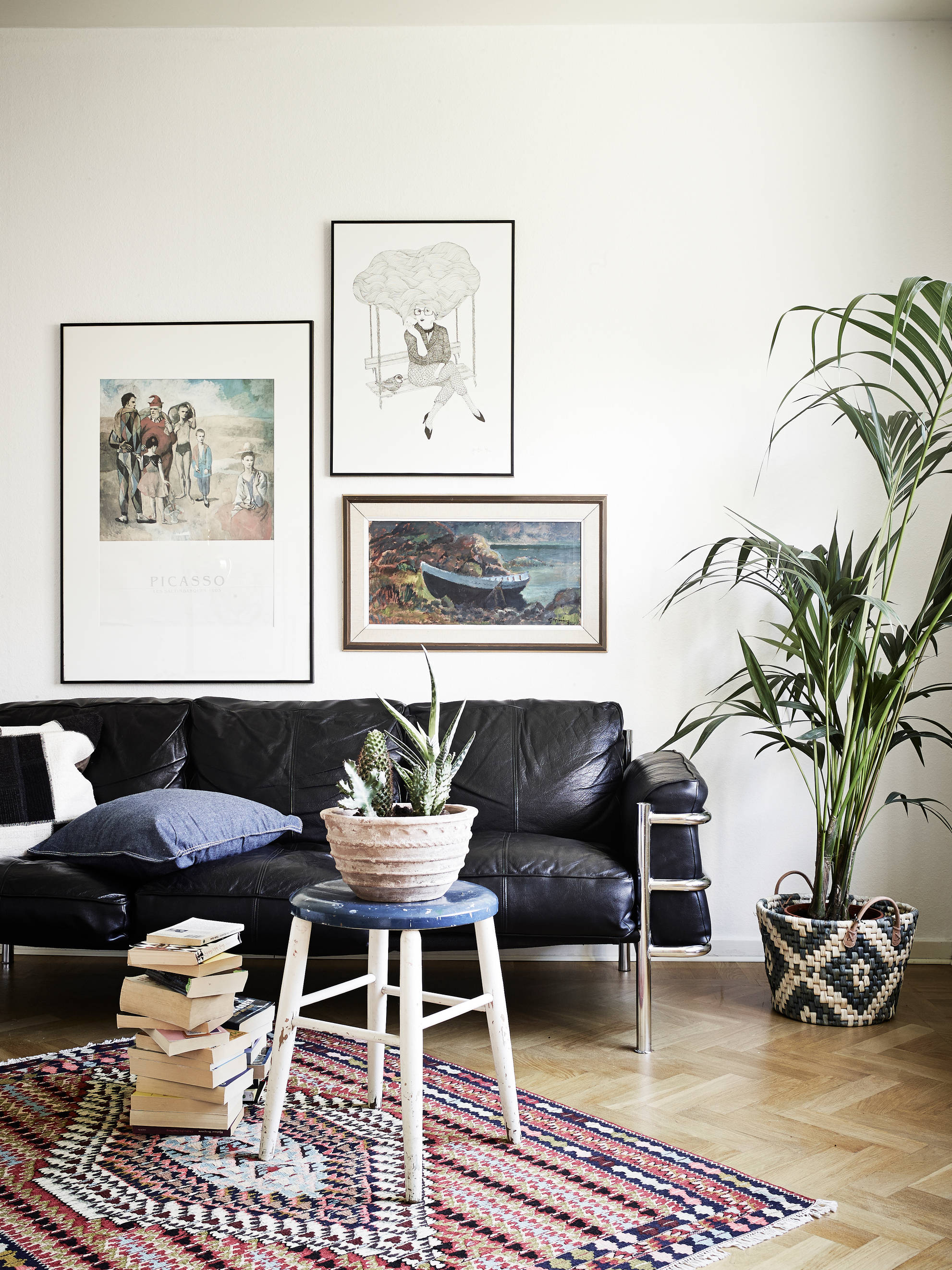 Mid century modern flat with lots of plants coco lapine for Lots of pictures on wall