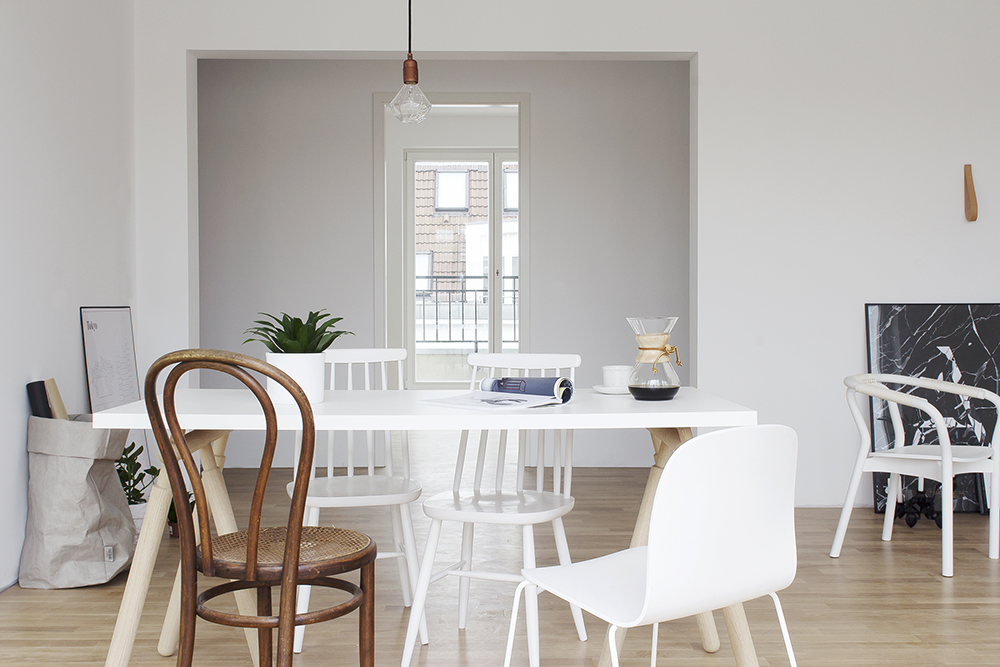 White and wood tints in a berlin home coco lapine for Table ronde style scandinave