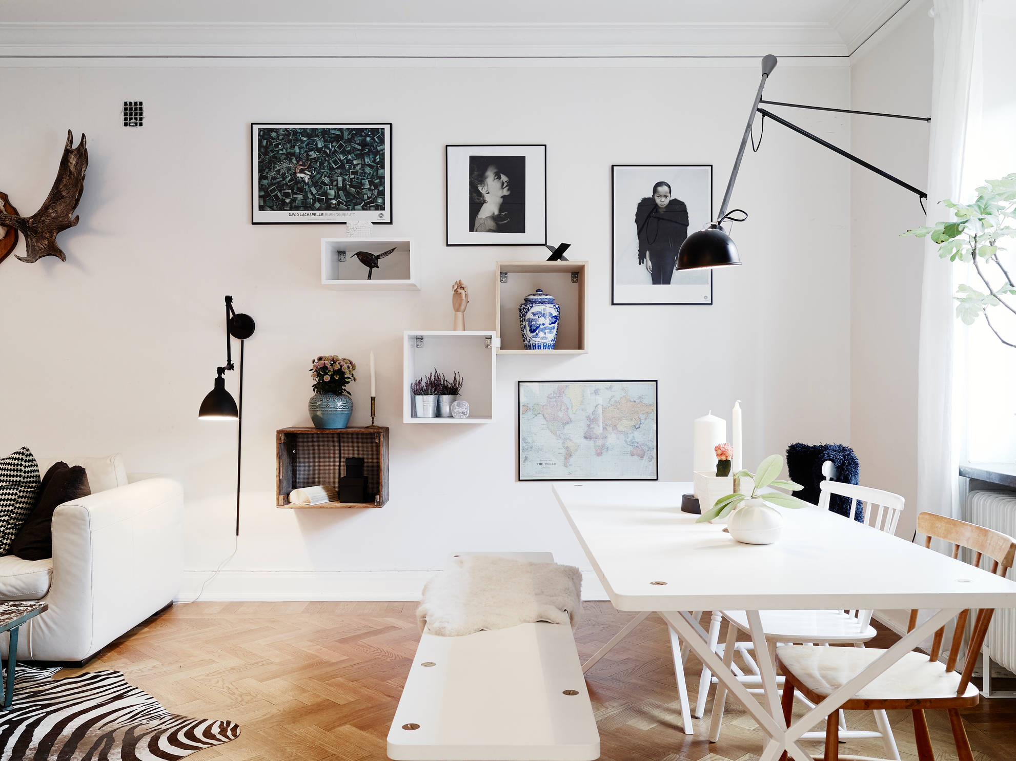 Living room with different angles and lines coco lapine - Comment decorer un mur avec des cadres ...