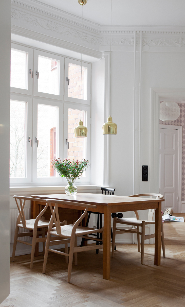 home with clean lines and two old cabinets coco lapine. Black Bedroom Furniture Sets. Home Design Ideas