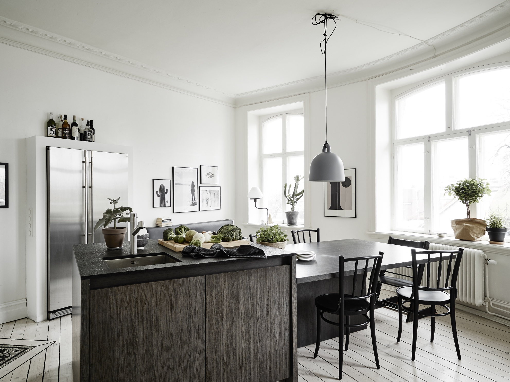 Small apartment with a big kitchen island coco lapine for Small kitchen large island