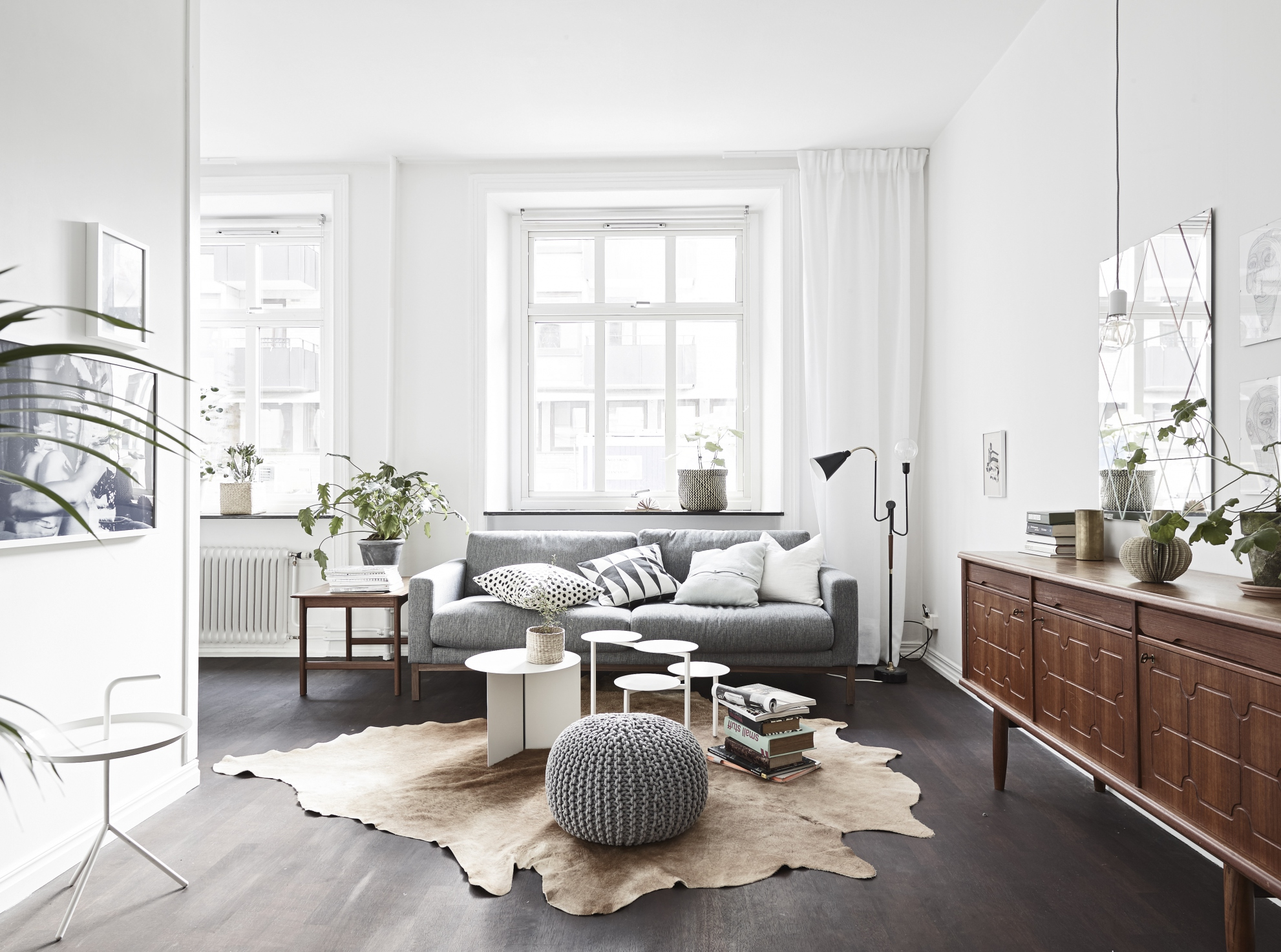 Soft colors on a dark floor coco lapine designcoco for Table salon style scandinave