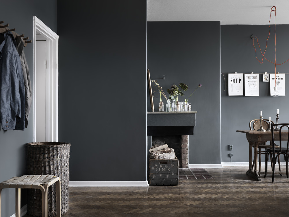 Dark walls and a mix of chairs coco lapine designcoco for Kleuren combineren interieur
