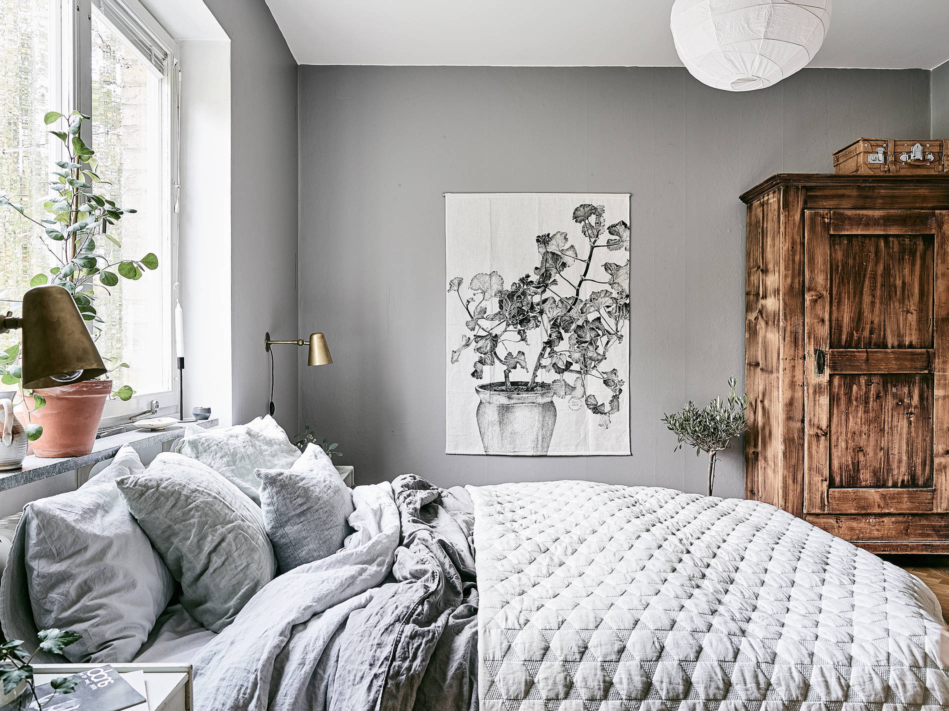 Cozy bedroom in grey coco lapine designcoco lapine design for Grey wall bedroom ideas